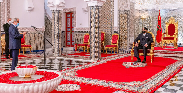 Sa MajestÈ le Roi Mohammed VI reÁoit, au Palais Royal de TÈtouan, M. Abdellatif Jouahri, Wali Bank Al-Maghrib, qui prÈsente au Souverain le rapport annuel de la Banque Centrale sur la situation Èconomique, monÈtaire et financiËre au titre de l'exercice 2019. 29072020-TÈtouan